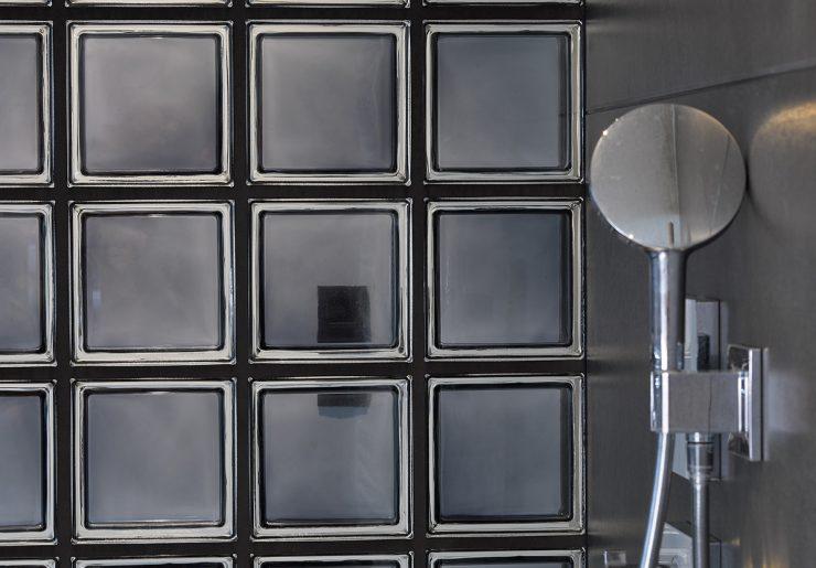Douchewand met glazen bouwstenen